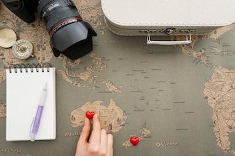 Sfondo di viaggio con la mano mettendo un cuore in australia