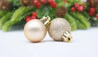 Sfondo Natale con palline e neve