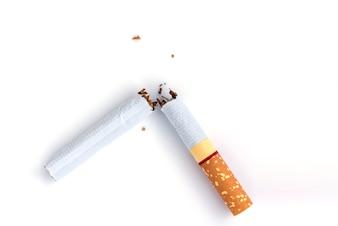 Sigaretta rotta closeup su sfondo bianco
