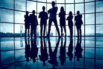 Silhouette di uomini d'affari fiducioso