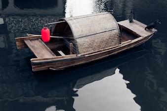 Singola barca sul fiume