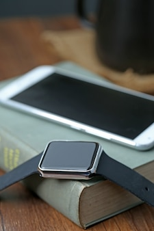 Smart watch e smartphone sul desktop