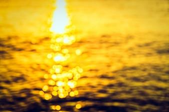 Sole riflesso in un mare offuscata