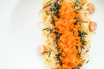 Spaghetti con salsiccia, uova di gamberetti, alghe, calamari secchi in cima