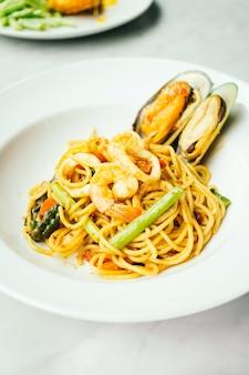 Spaghetti e pasta frutti di mare piccante