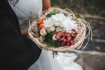 Sposo, sposa, abbracciare, sposa, bouquet