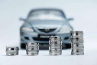 Stack monete davanti all'auto