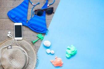 Stile creativo piatto creativo di donna estate impostato con smartphone, concetto di vacanza estiva