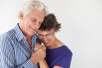 Stile di vita che abbraccia vecchia coppia amante