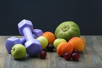 Stile sano dumbbell vigilanza intelligente e frutta