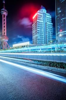 Strada asfaltata vuota con paesaggio urbano e skyline di Shanghai