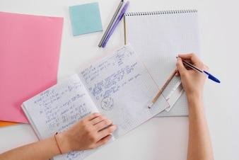 Studente anonimo facendo i compiti a casa