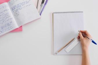 Studente anonimo in posa con blocchi per appunti