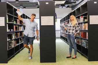 Studenti che si divertono in biblioteca