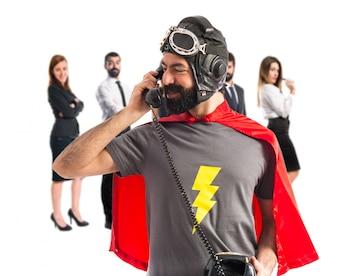 Supereroe parlando con il telefono vintage