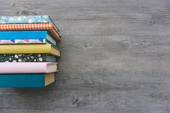Superficie in legno con libri e spazio vuoto