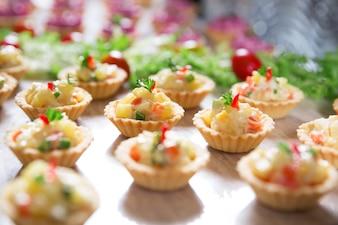 Tartellette con insalata di verdure sul tavolo del buffet