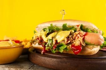 Tasty classico cane caldo americano con salsicce e ketchup su tavola di legno.