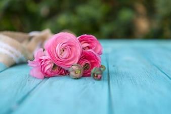 Tavole blu con fiori rosa