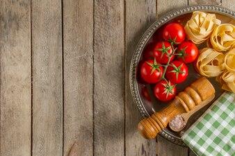 Tavole di legno con gustosi prodotti