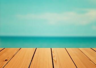Tavolo di deck di legno vuoto su sfondo del mare, concetto di estate