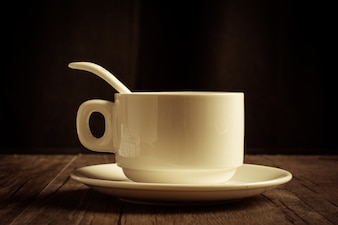 Tazza di caffè con un cucchiaino e piattino