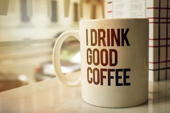 Tazza di caffè saporito in caffetteria. Orizzontale con lo spazio della copia. Tonificante.