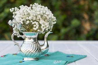 Teiera con fiori bianchi