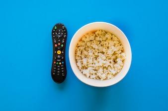 Telecomando e secchio di popcorn