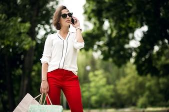 Telefono occhiali da sole giorno di moda vita bella