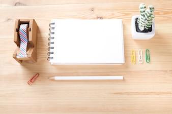 Topview di roba d'ufficio sul tavolo di lavoro in legno.