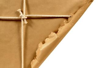 Torn pacchetto di carta marrone