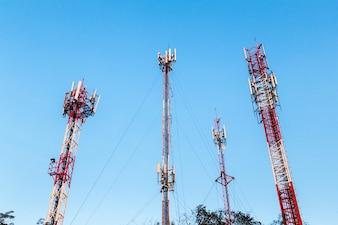 Torre di telecomunicazione e antenna con cielo blu