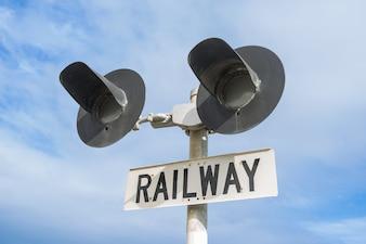 Treno in direzione di attendere semaforo rosso