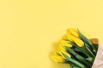 Tulipani decorativi su sfondo giallo