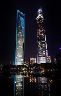 Turismo paesaggio urbano alto edificio blu