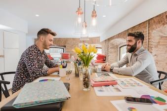 Uomini allegri che lavorano in ufficio