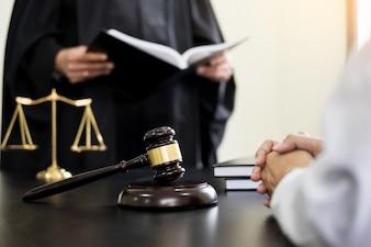 Uomini d'affari e avvocati che discutono di carte contrattuali sedute al tavolo. Concetti di diritto, consulenza, servizi legali.