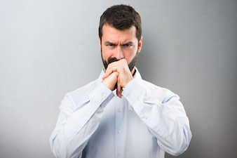 Uomo bello con barba che combatte su priorità bassa strutturata