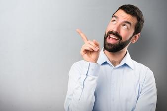 Uomo bello con la barba pensando a sfondo testurizzato