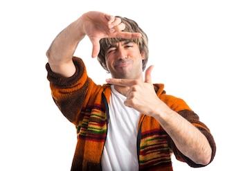 Uomo biondo che messa a fuoco con le dita