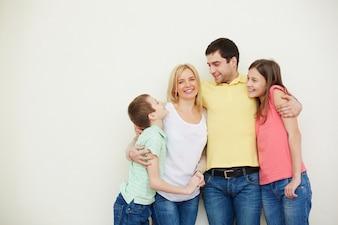 Uomo che abbraccia la sua famiglia idilliaca