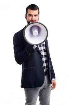 Uomo che grida per megafono