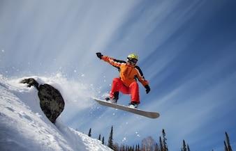 Uomo che salta nella neve