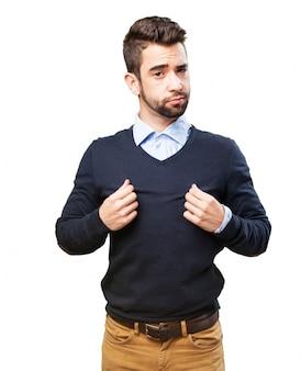 Uomo che tiene il suo pullover