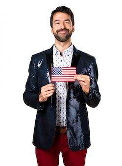 Uomo con giacca in possesso di una bandiera americana