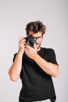 Uomo con la fotocamera