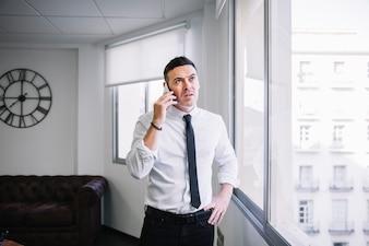 Uomo d'affari, ascolto, telefono