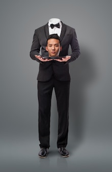 Uomo d'affari asiatica che fa un sacrificio, offrendo la sua testa. Metapho