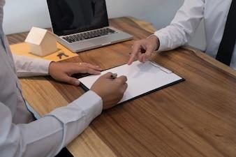Uomo d'affari che firma contratto fare un accordo con agente immobiliare Concetto per consulente.
